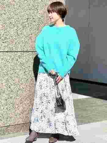 目が覚めるような発色のニットには、ブルー系の花柄スカートで可愛さをプラス。足元には少しヒールのあるショートブーツを合わせて綺麗めなコーデに。派手に見えがちなカラーも品よくまとまりますよ。