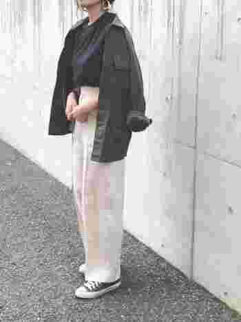 モノトーンカジュアルコーデにミリタリージャケットを肩から掛けた、大人な着こなし。メンズアイテムをあえて肩掛けすることで、より女性らしく見せることもできます。急なデートのときなどにも、さっとエレガントさを演出♬