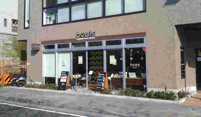鎌倉駅東口から鶴岡八幡宮に向かう、若宮大路沿いにある鎌倉bowls。こちらの店舗は店内もワンちゃんOKのありがたいお店です。