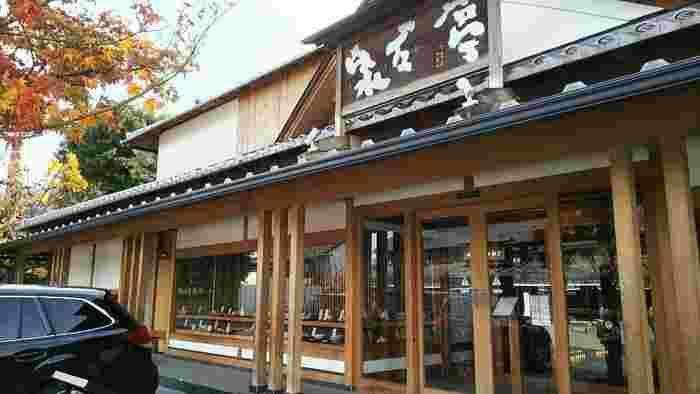 200年の歴史をもつ栗菓子店「桜井甘精堂」の本店・食事どころとして1988年にオープン。2013年にリニューアルオープンしました。ショップと食事どころを備え、栗おこわや栗を用いた和菓子が揃うのはもちろんのこと、食事どころには店先で手打ちされたお蕎麦が付く御膳料理のメニューも。