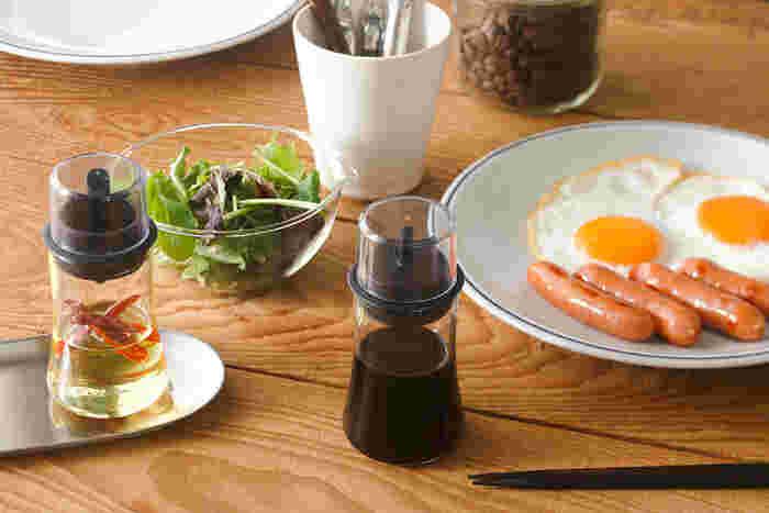 軽くて頑丈、熱湯でスッキリ洗えて衛生的な耐熱ガラス製の調味料ボトルです。醤油、オイル、ソースと種類ごとにノズルの形が違い、キレよく注ぎやすくなっています。
