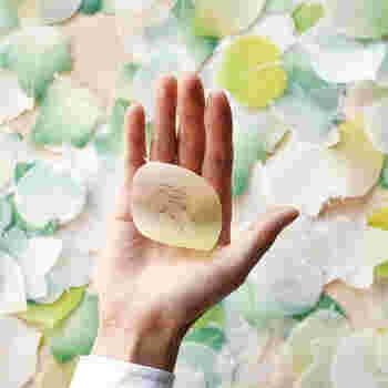 半透明が美しい、手のひらサイズの葉っぱ型のメモ。ひとこと感謝のメッセージを書きたいときにちょうど良い大きさ。
