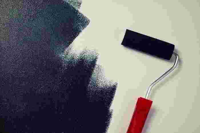 コツは、一定のリズムでコロコロすることです。 ローラーはムラになりにくくできていますが、壁などの広い面を塗る場合は、 上から下・上から下と一定方向(一方通行)の動きをすると綺麗に塗れます。 1度塗りで色がハッキリしない場合は、乾かして2度塗りして下さい。
