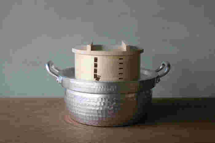 こちらは、東京の下町で4代にわたりお鍋やフライパンを作っている中村銅器製作所のセイロ鍋。 アルミを使用しているので、軽いのは勿論、銅のお鍋と比べてもリーズナブルなのが嬉しいポイント!