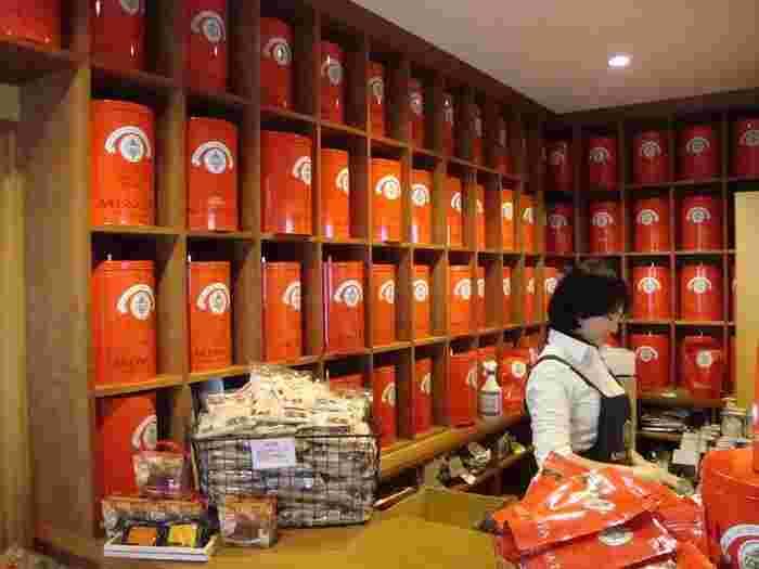 赤缶が並び、専門店ならではの雰囲気。たくさんのテイストを楽しみたくなりますね。
