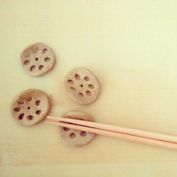 素朴な雰囲気のれんこんの箸置きは和風のお料理によく合います。シックな箸置きが欲しいときにおすすめです。