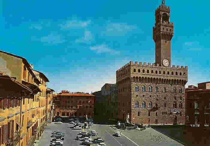 ウフィツィ美術館、ヴェッキオ宮殿などフィレンツェを代表する観光名所に囲まれたシニョリーア広場は、フィレンツェ観光における中心地でもあり、自由都市として栄えたフィレンツェ共和国の歴史を刻み続けてきた場所です。