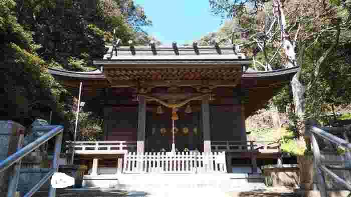 由比ヶ浜通り、長谷寺の手前にひっそりと佇む「甘縄神明神社(あまなわしんめいじんじゃ)」。鎌倉最古のお寺であり、子宝に御利益があると言われています。  長い階段を登ると町並みと海を眺めることができるパワースポットとしても有名な神社です。