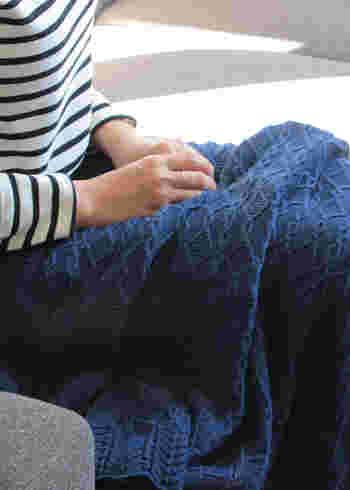 コットンの中空構造を潰さないように紡績しているから、保湿性と通気性に優れています。秋冬は暖かく、ウールにはない柔らかな手触りで包み込んでくれます。