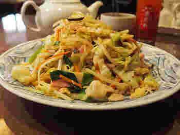 こちらが、看板メニューとも言える「博多皿うどん」。もちもち食感のコシのある麺に、彩り豊かな具材と濃厚なスープがしっかりと絡んで旨みたっぷりです。