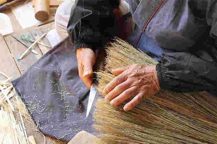 ほうきづくりに携わって65年以上の熟練のほうき職人が作るる最上のほうきは、素材づくりからこだわり、工房裏の畑で無農薬でホウキモロコシを自家栽培しています。そのため、やわらかい最適なタイミングで収穫できるので、やわらかくコシのある仕上がりに。