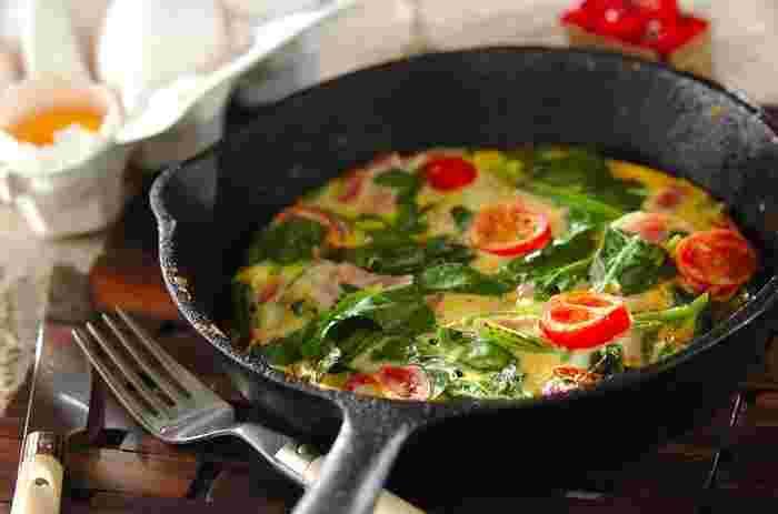 大人から子どもまで大好きなオムレツ。スキレットで作れば、華やかさは倍増♪ 溶き卵に材料を入れて混ぜたら、スキレットで焼くだけの簡単レシピです。赤×グリーンの彩りが食卓を盛り上げてくれます。