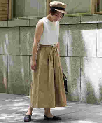 綿麻オックス素材で夏にぴったりの涼しげな生地感。ウエストのドローコードがさりげなくアクセントになっています。 キャスケットをスカートの色と合わせてまとまり感のあるコーデに。