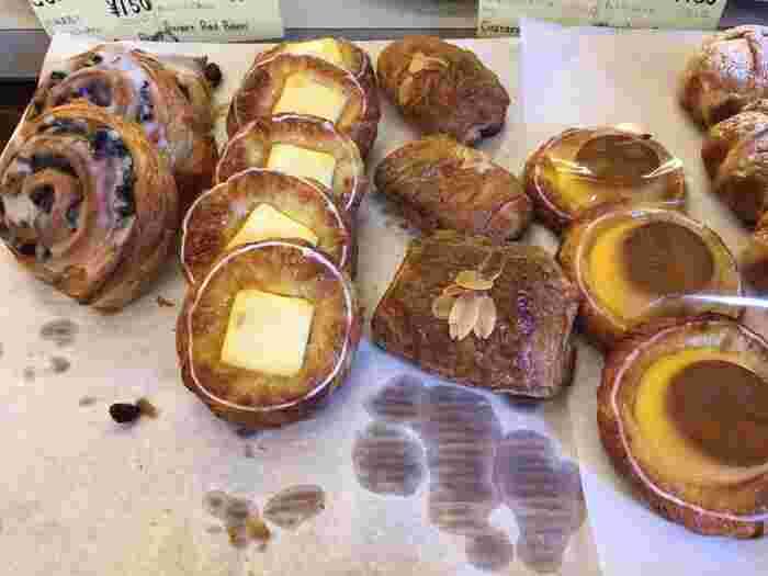 サクサクのデニッシュもおすすめ。こちらでは季節の食材を使ったパンも登場するので、何度も通いたいくなるファンがいるのも納得。目の前の海を眺めながら、焼きたてパンを食べてみませんか?