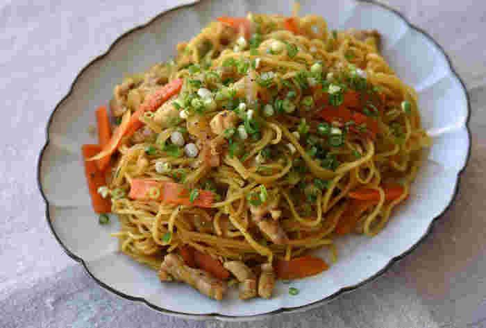 ソースが無くても作れる、カレー粉と醤油といった意外な組み合わせの焼きそばレシピ。和風調味料との組み合わせは相性抜群で、一度は試したいクセになる味わいです。麺を蒸す時に出汁を使うことで、より美味しく仕上がりますよ!