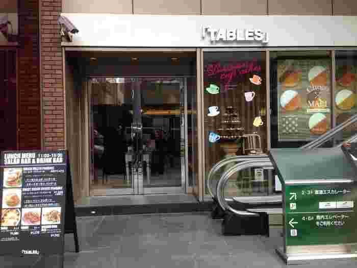 クロスホテル1Fにある「タブレスカフェ」。サラダバー・ドリンクバー付きのランチが人気のお店です。