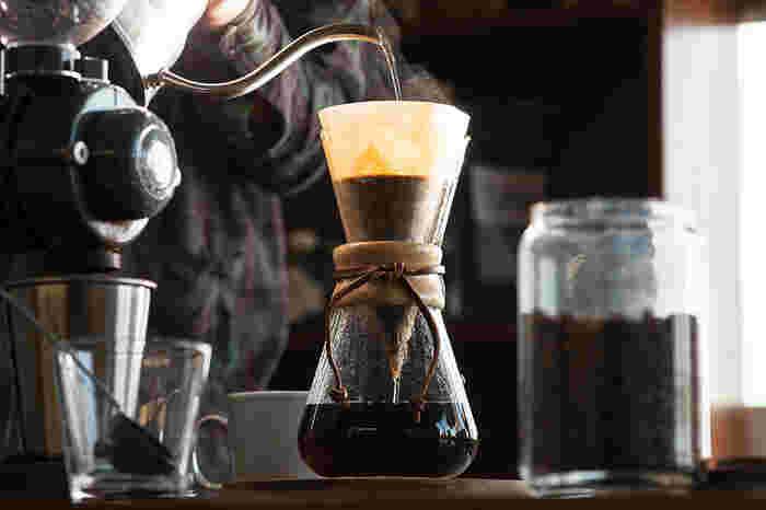 おしゃれな人やコーヒー愛好家の方が持っているイメージが強いケメックス。ファイヤーキングと最も相性がいいコーヒーメーカーだそうです。  まるでオブジェのようにシンプルで美しいフォルムが特長。