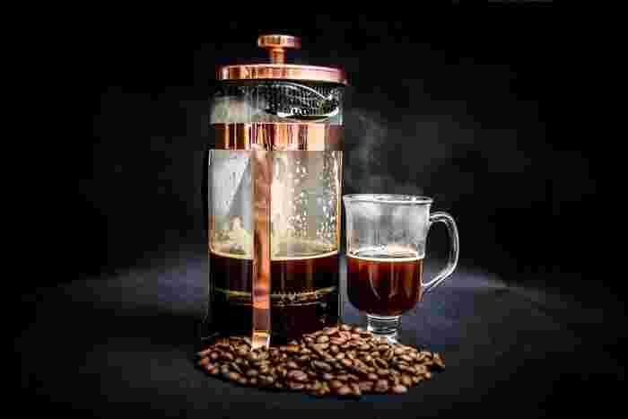 見た目もなんだか本格的な、「フレンチプレス」。一見難しそうに見えますが、その使い方はいたってシンプル。コーヒー豆とお湯を入れて、抽出できたら、金属フィルターをぐっと押し沈め、そのままカップに注ぐだけです。コーヒー豆に含まれる旨味成分をダイレクトに抽出できるプレス式は、豆本来の味が際立ちます。いい豆が手に入ったときにぜひ使いたい、抽出方法です。  フレンチプレスで淹れるコーヒーには、「粗挽き」または「中挽き」のコーヒー豆を使用しましょう。挽き目や抽出時間を変えると、味わいにも変化が生まれます。一杯一杯を大事に味わいながら、お好みの味を探してみてくださいね。
