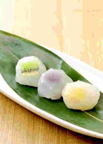 和菓子が好きな方にイチオシの葛餅は、葛粉を使って手作りすることができます。あんこのほかに、お好きなフルーツを入れて、味わいの変化を楽しんでみましょう。