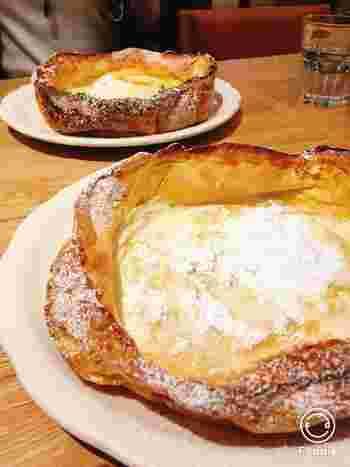 1番人気の「ダッチベイビー」は、キッチンで仕込んだ天然酵母を使ったサクサクのパンケーキに、自家製のホイップバターとレモン果汁を絞っていただきます。