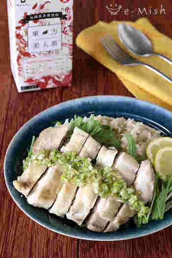 カオマンガイは鶏肉がしっとりジューシーなほど美味しいですよね。こちらはお米も鶏肉も紅茶と一緒に一気に炊飯器で炊き上げる簡単レシピ。とっても手軽に鶏肉の臭みも無く紅茶風味の爽やかなカオマンガイが出来上がります。