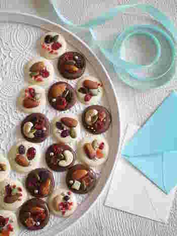 薄く丸く延ばしたチョコレートの上に、ドライフルーツやナッツなどを飾り付けたマンディアン。アラザンもアクセントとして効いています。