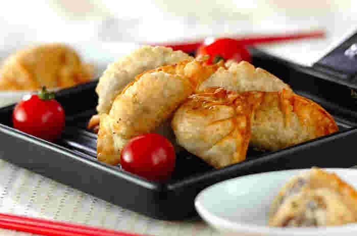 一見普通の餃子?と思いますが、中身はアジと梅肉が包まれている和風のおつまみ。梅肉と大葉でしっかりと味をつける事で、アジの臭みも消えて美味しく頂けますよ。