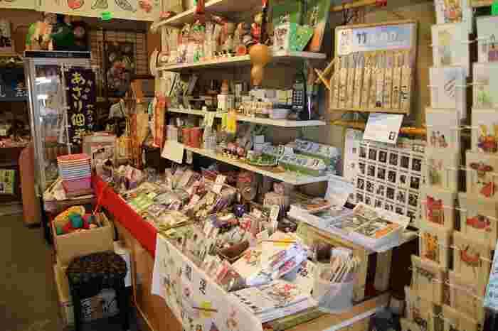 店内には、駄菓子や煎餅、紙風船やけん玉、手ぬぐい等、下町ならではの土産類が所狭しと並んでいます。芸達者なご主人も人気。