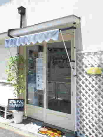 奥沢駅から500m程。世田谷の閑静な住宅地にある、小さなプリン屋さんです。