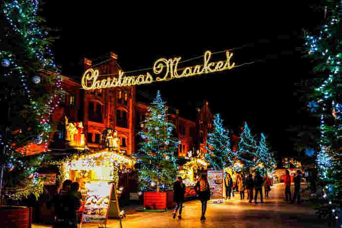 """2016年は来場者数80万人以上という人気の「クリスマスマーケットin横浜赤レンガ倉庫」は、今年で8回目の開催です。今年のイメージは""""ケルンのクリスマスマーケット""""とし、高さ約12 mの本物のモミの木のツリーなど幻想的なイルミネーションの美しさが見どころです。"""