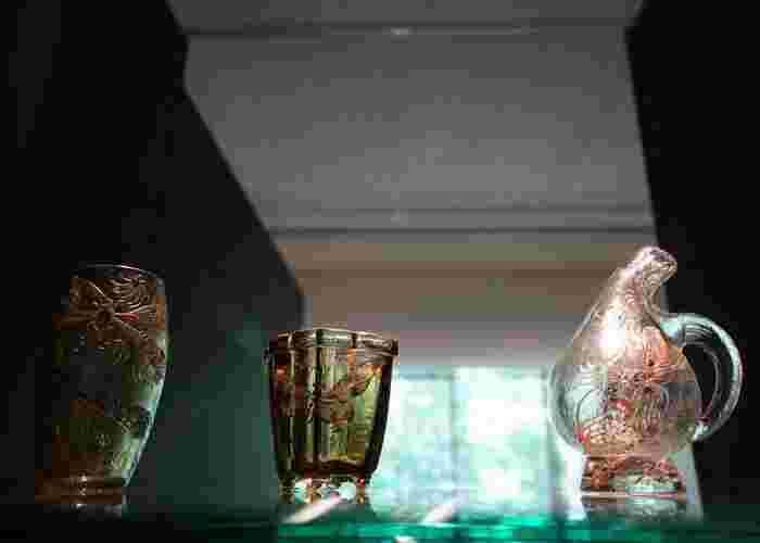 中でも「仙石原」は、ガラス工芸や印象派の絵画等など、大人の女性が好む卓越した美術館が揃い、施設の雰囲気も抜群です。 【「ポーラ美術館」の2018年企画展『エミール・ガレ 自然の蒐集』の展示品。(画像は、当美術館蔵の19世紀のエミール・ガレ作『昆虫文花器』と『昆虫文水差』 】
