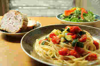 落ち着いた色合いだからこそ、彩り豊かな料理を引き立てます。また、パンやクラッカーなど素朴な食材の盛り付けもしっくりきます。