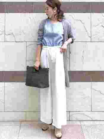 ブルー系のシャツ+ホワイトパンツでオフィスカジュアルにも使えそうなコーデ。グレーのロングカーディガンをサラリと羽織れば、日焼け止め&冷房対策にもなります。