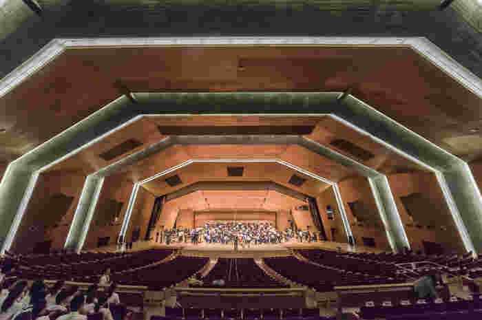 高崎市民の寄付金を基にして昭和36年にアントニン・レーモンドが設計した建物は日本を代表する近代建築物であり、1,932席あるホールでは、群馬交響楽団の定期演奏会や演劇、オペラなど催されています。