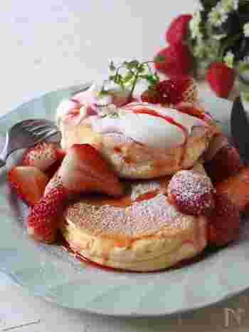 「カフェのパンケーキが食べたい!」家にあるもので、ふわふわのパンケーキがつくれます。ホイップクリームや苺をトッピングして、おうちカフェを楽しみましょう。