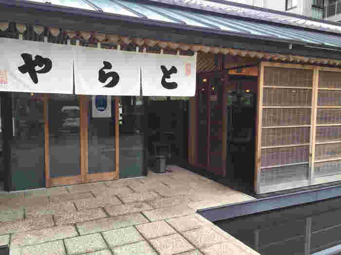 室町時代後期に京都で創業した老舗和菓子屋で皇室も御用達の「とらや」。こちらは虎屋菓寮も併設されており、喫茶メニューも上生菓子やわらび餅など人気メニューも多く、地元の人から観光客までたくさんの人が訪れる名店です。