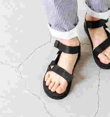 登山に必要とするソールを開発している老舗メーカー・Vibram(ビブラム)社とのオリジナルソールを採用しており、スニーカーのような反発性や衝撃を和らげる効果などもあるので、たくさん歩いても疲れにくい仕様になっています。  ベーシックなカラーなので、カラフルな靴下と合わせてもとっても可愛いですね♪
