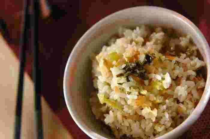 大根の葉っぱは栄養の宝庫!お味噌汁やお浸しの他、様々なレシピにも活用できますが、 麺つゆだけで美味しく仕上がる炊き込みご飯は作りやすいイチオシメニュー♪