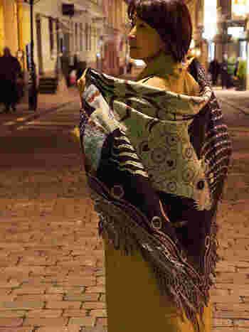 マフラーのように首に巻いても良いし、三角に折ってショールとしても素敵です。フリンジや印象的な柄が女性らしくて大人っぽい。
