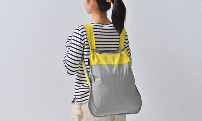 このバッグの最大の利点は、バックパックとしても使えること!荷物が多くて手さげだと大変…という場合は、背負うと楽に運べます。自転車に乗る時も便利です。