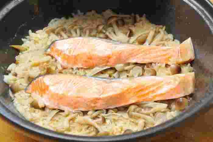 生鮭を使った炊き込みご飯も人気ですね。その他の具材は、きのことごぼうでシンプルに。味噌とバターを加えてコクをアップするのがポイントです。