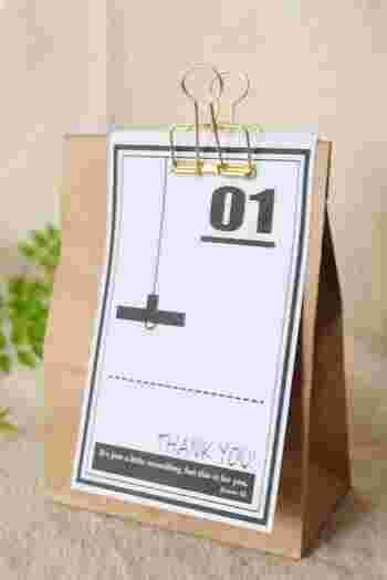 クラフト製の紙袋にメモをはさんでおしゃれなクリップをとめるだけの簡単ラッピング。たったこれだけでも、カフェでスイーツを買った時に包んでくれるようなおしゃれな仕上がりになりますね。