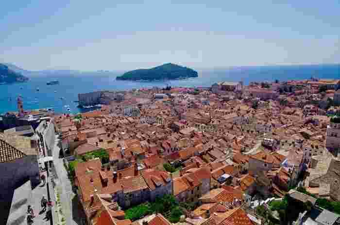 """あの「魔女の宅急便」や「紅の豚」のモデルにもなっている、世界遺産「ドゥブロヴニク」。クロアチアでもっとも美しい場所とされ、""""アドリア海の真珠""""とも呼ばれています。"""