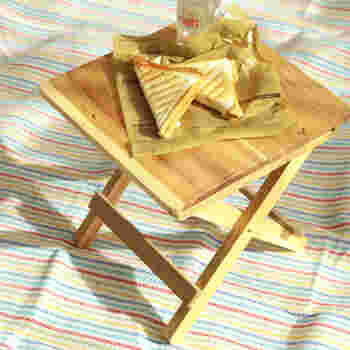 ピクニックや公園へ出かけるとき、小さなテーブルがあると便利ですよね。 こちらは、アカシアの天然木の折りたたみテーブル。アカシアは軽量で濃淡がはっきりした木目は、木のぬくもりを感じられます。サイドテーブルとして、観葉植物置き場として使っても。