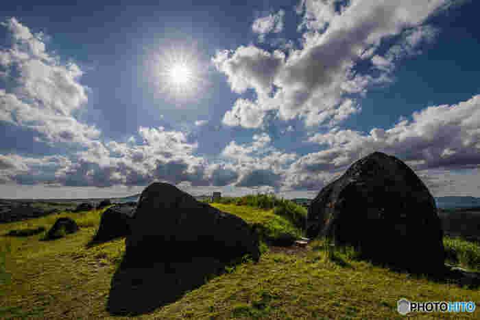 押戸石の丘には、阿蘇北外輪山の草原に大小合わせて数百個からなる巨石群があります。広大な丘に、人工的に置かれた巨石群は、独特の風貌をしており、訪れる人に忘れることができない強烈な印象を与えます。