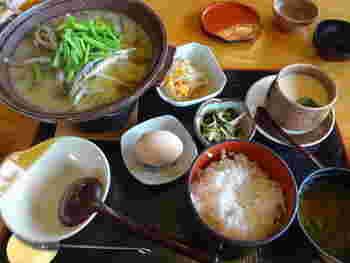 店名通り、どじょう料理を味わえるお店です。こちらは、味噌味のどじょうすくい御膳。まるごと柳川御膳も人気です。