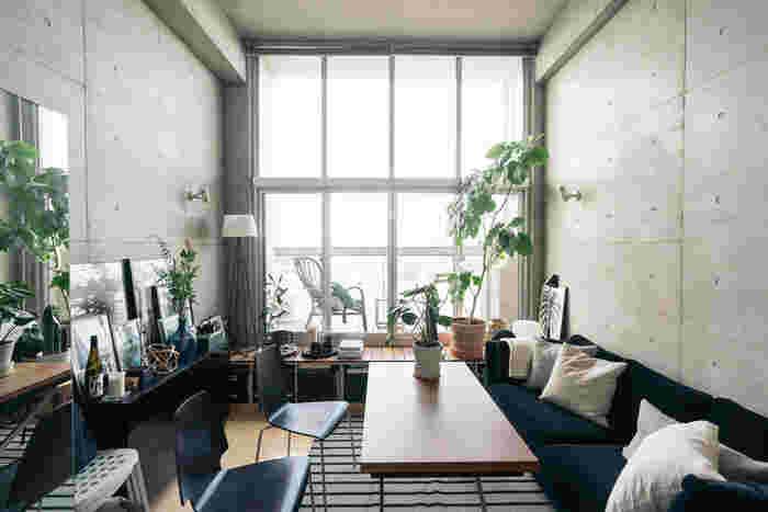 お部屋を見渡したときに、視線を遮るものがあると、とたんに狭く見えてしまいます。窓の外まで視線が抜けるように空間をあけておくと、実際よりもお部屋が広く感じられます。家具などで間仕切りをする場合は、天井との間に空間を設けておくだけで視線が間仕切りの向こうに抜け、ほどよく仕切りつつも狭さを感じさせません。