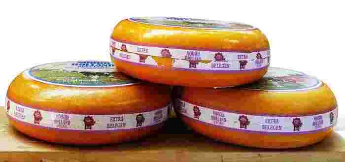 オランダの町、「ゴーダ」で発祥したチーズ。オランダで作られているチーズの60%がゴーダチーズなのだとか。日本のプロセスチーズの材料になっているチーズなので、なじみ深い味わいです。