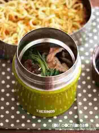 みんな大好きあんかけ焼きそばで、麺類その場弁当の基本を押さえてみましょう!麺は分けて大きめの容器に入れること、保温容器は温めておくことがポイントです。冷たいまま持って行きたいメニューの場合は、保冷容器に氷水を入れて冷やしておくと効果が長持ちします。