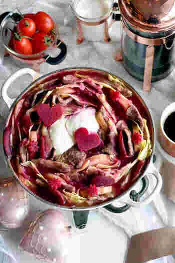 スライスビーツの水煮缶を使ったピンク色のボルシチ。仕上げに水切りサワークリームをのせて、酸味とコクをプラス。ハートに型抜きするアイデアもGoodです♪